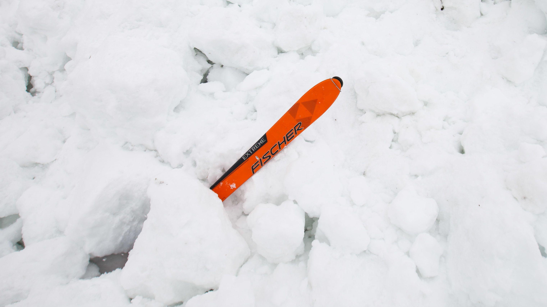 Ein Ski steckt im Schnee.