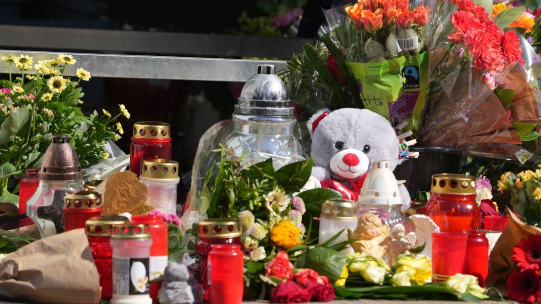 Nach dem Mord an einem 20 Jahre alten Mitarbeiter eine rTankstelle in Idar-Oberstein legen Trauernde Kerzen, Blumen und Kuscheltiere am Tatort nieder.