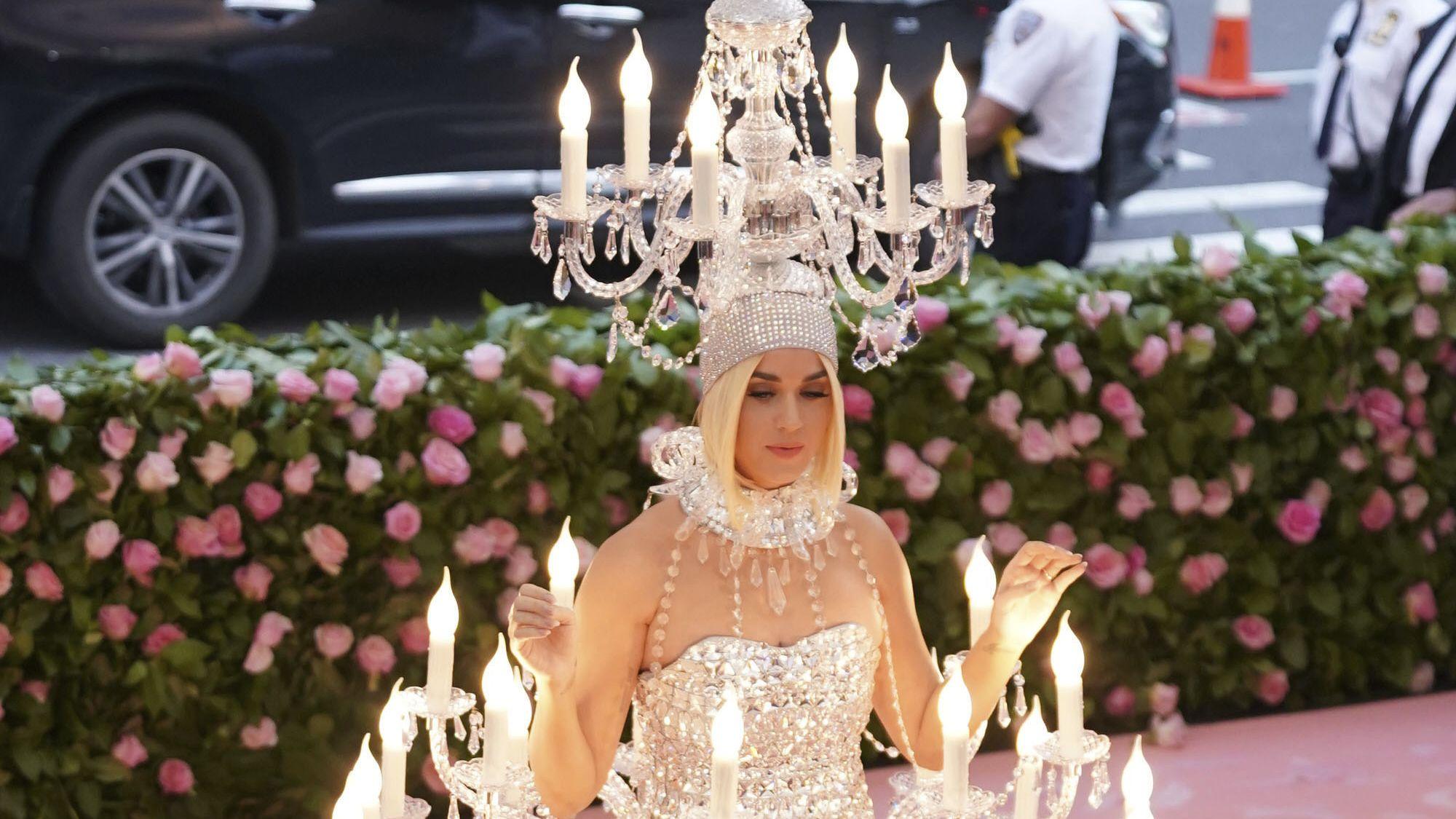 Katy Perry als Kronleuchter: Erleuchtung durch schrille Auftritte