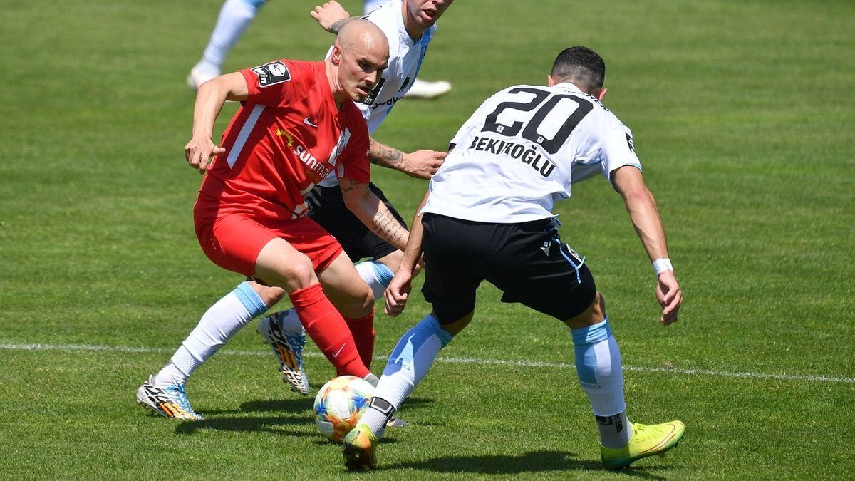Zweikampf im Spiel zwischen dem TSV 1860 München und Hansa Rostock