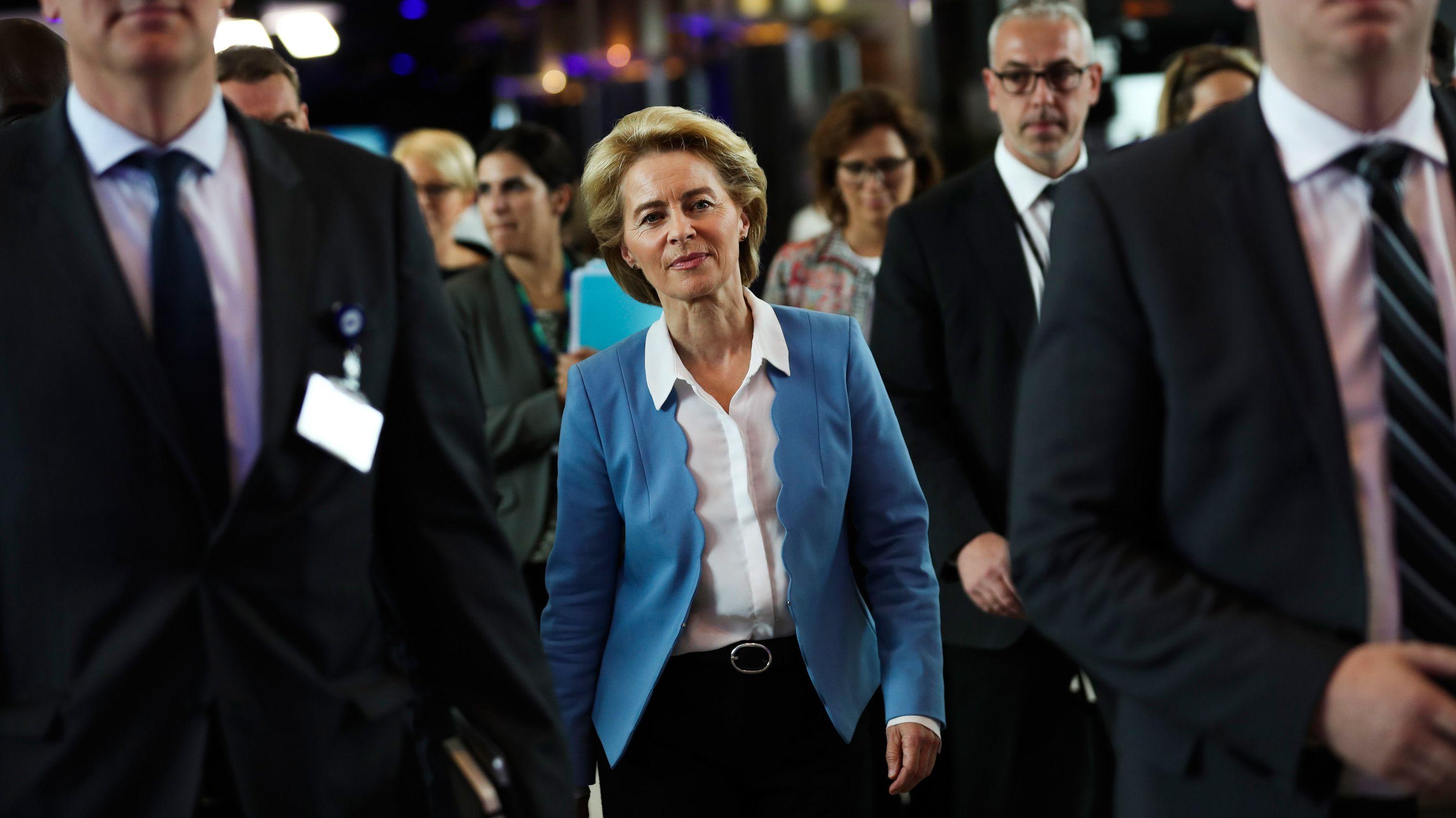 Ursula von der Leyen tritt als Verteidigungsministerin zurück.