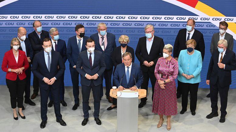 Armin Laschet mit weiteren Politikern der Union am Wahlabend im Konrad-Adenauer-Haus in Berlin | Bild:picture alliance / ASSOCIATED PRESS | Hauke-Christian Dittrich