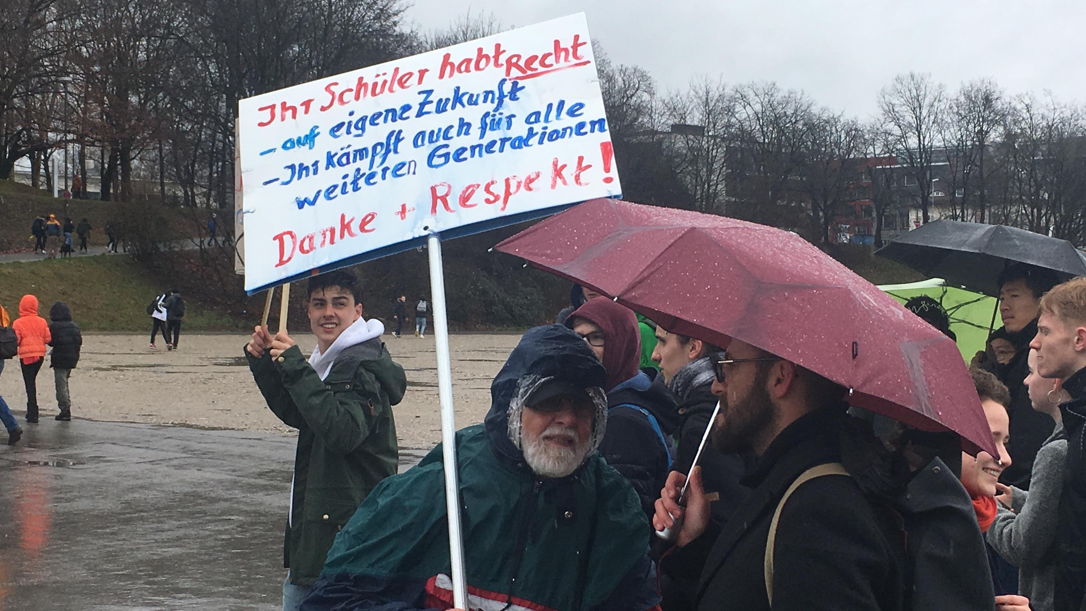 """Unter dem Motto """"Fridays for Future"""" demonstrieren auch Erwachsene in München für eine bessere Klimapolitik"""