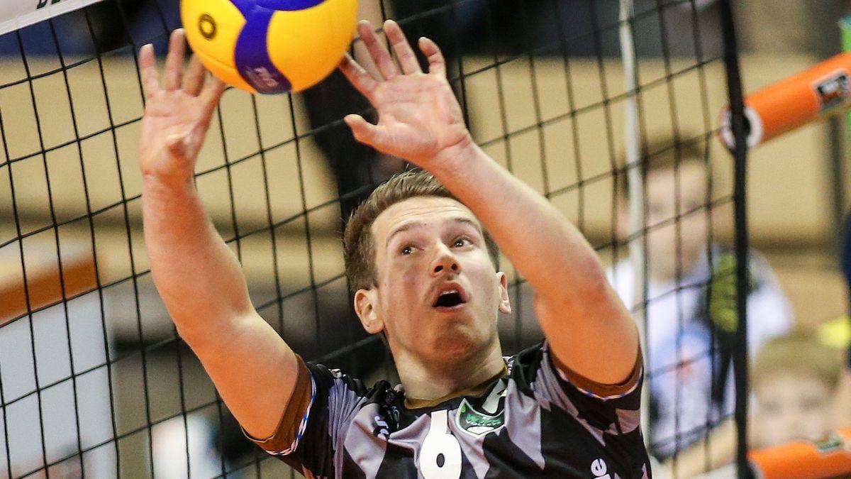 Johannes Tille von Volleys Herrsching pritscht den Ball.