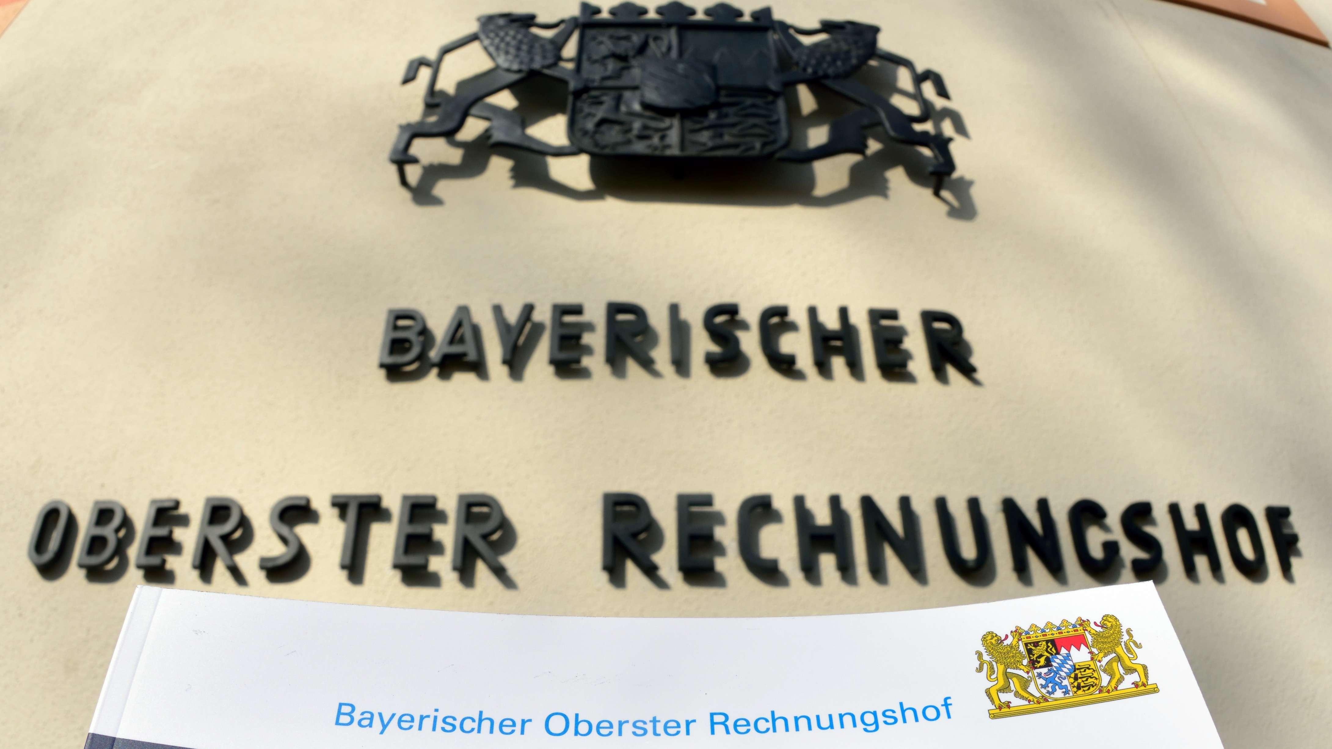 Der gebundene Jahresbericht des bayerischen Obersten Rechnungshofes, aufgenommen vor dem Gebäue des ORH in München