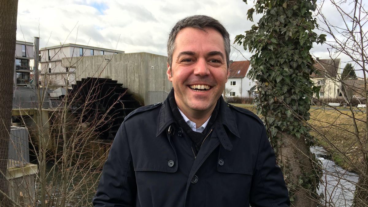 Bürgermeister Thomas Herker vor dem Pfaffenhofener Wasserrad.
