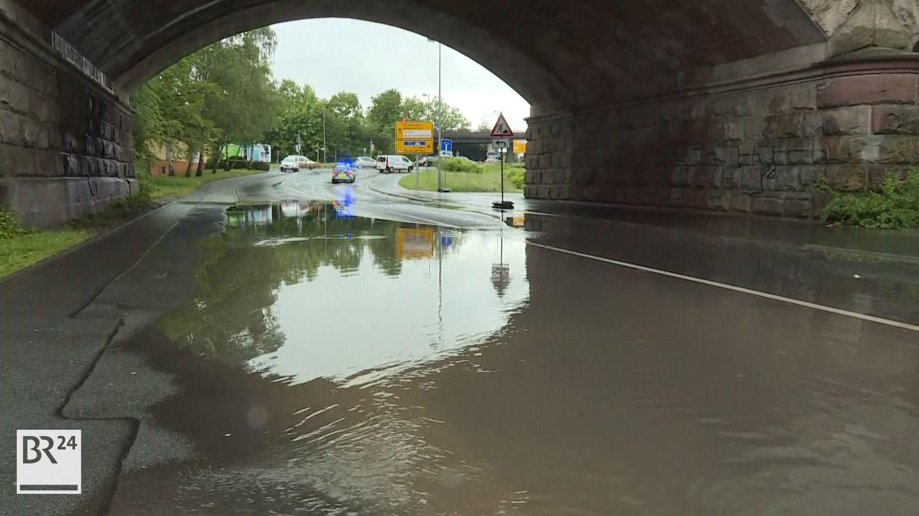 Wasser steht in einer Bahnunterführung in Aschaffenburg.