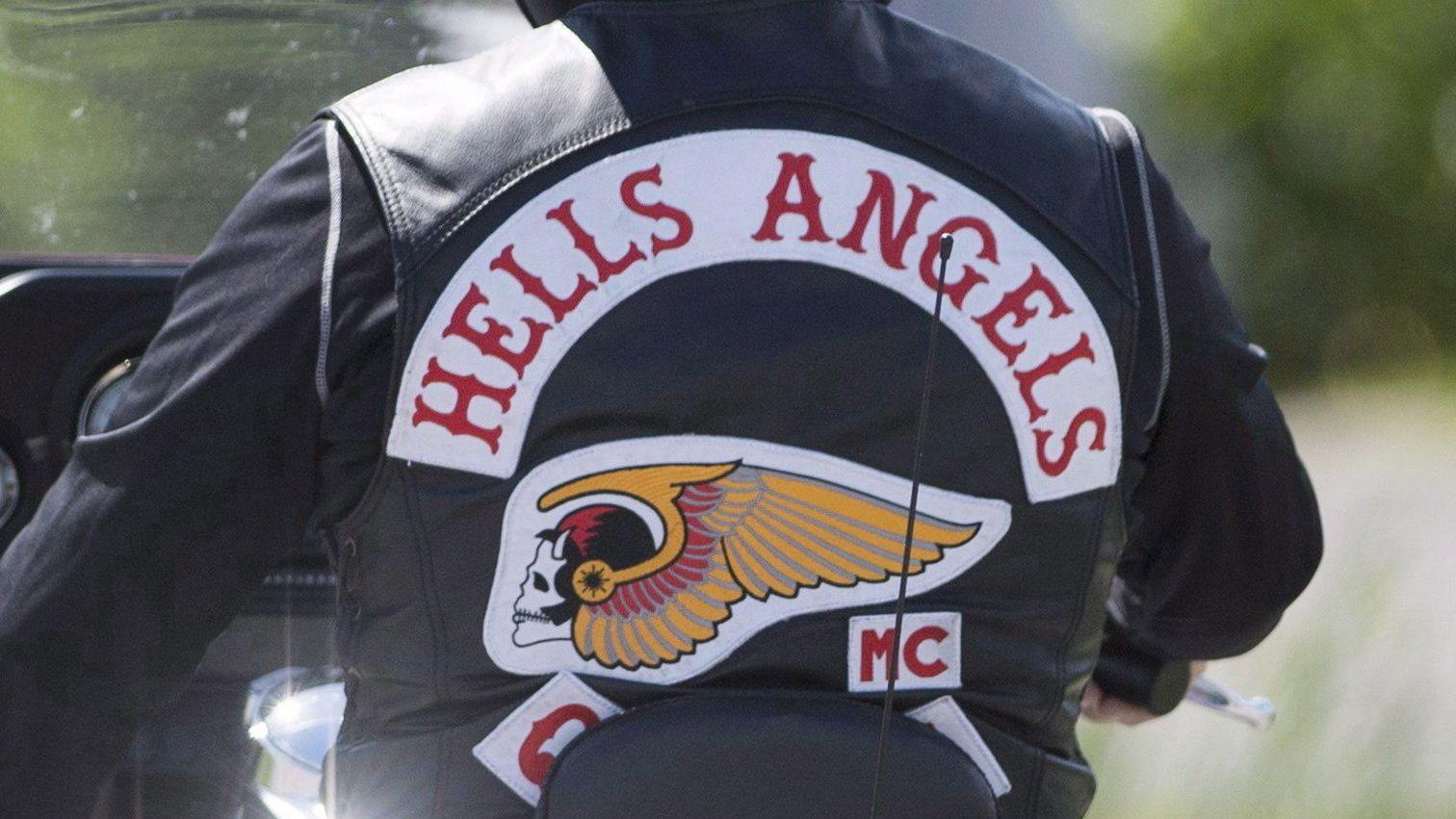 Hells Angel von hinten auf einem Motorrad