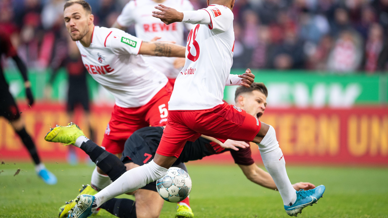Florian Niederlechner, Torschütze des FC Augsburg, wird in der Begegnung mit dem 1. FC Köln gefoult