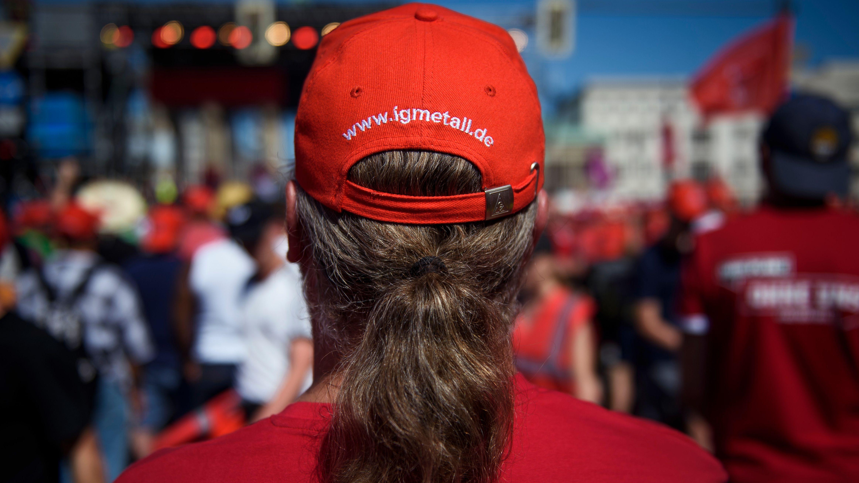 Archivbild: Ein Teilnehmer auf einer Großkundgebung der Gewerkschaft IG Metall am 29.06.19 in Berlin trägt eine rote kappe mit der Aufschrift  www.igmetall.de