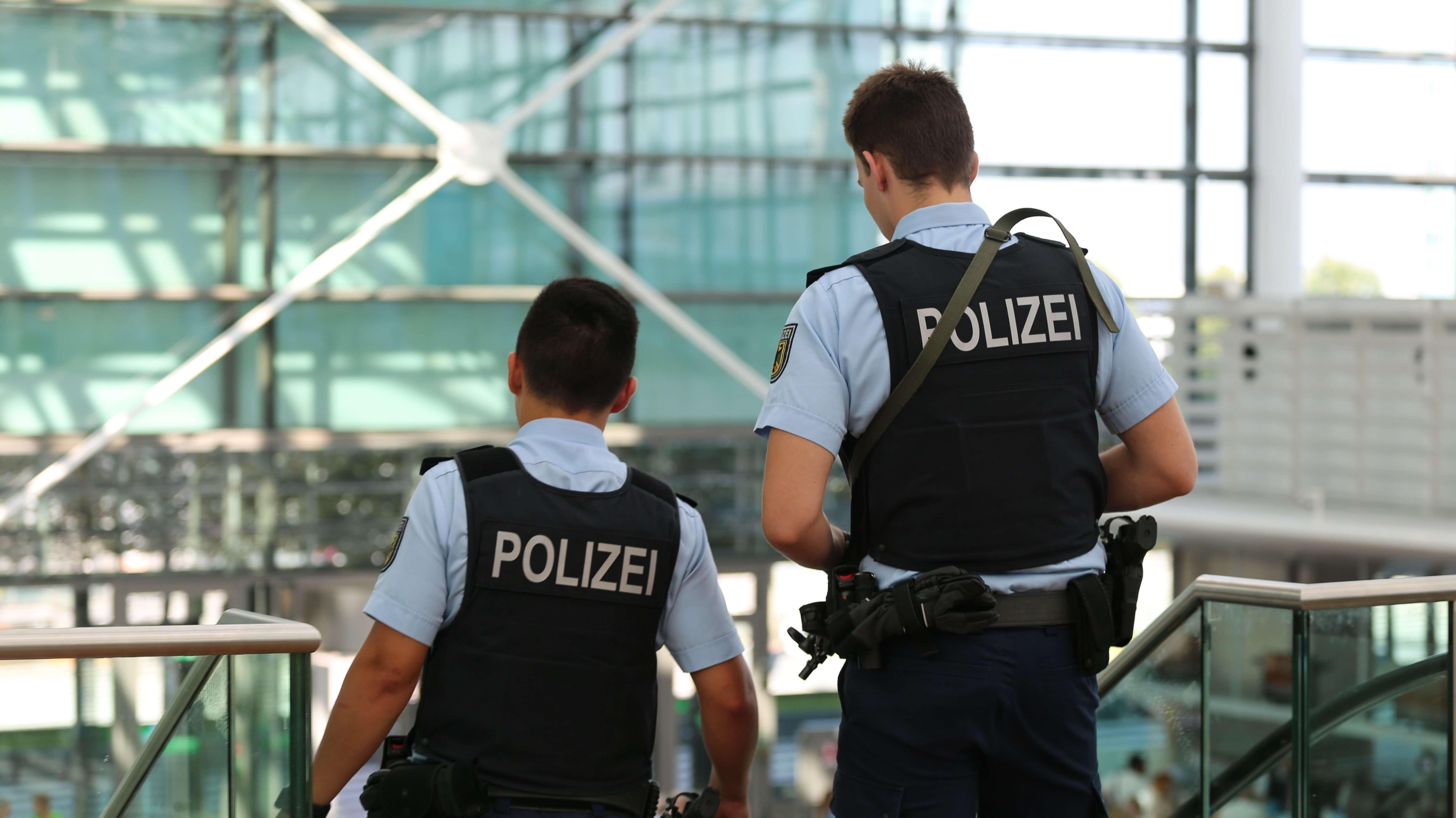 Zwei bewaffnete Bundespolizisten am Flughafen München