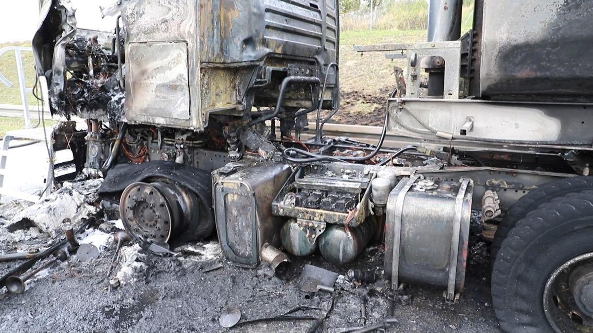 Bild von der Unfallstelle: Am 06.10.2020 brannte auf der A8 bei Derching ein Lastwagen aus.