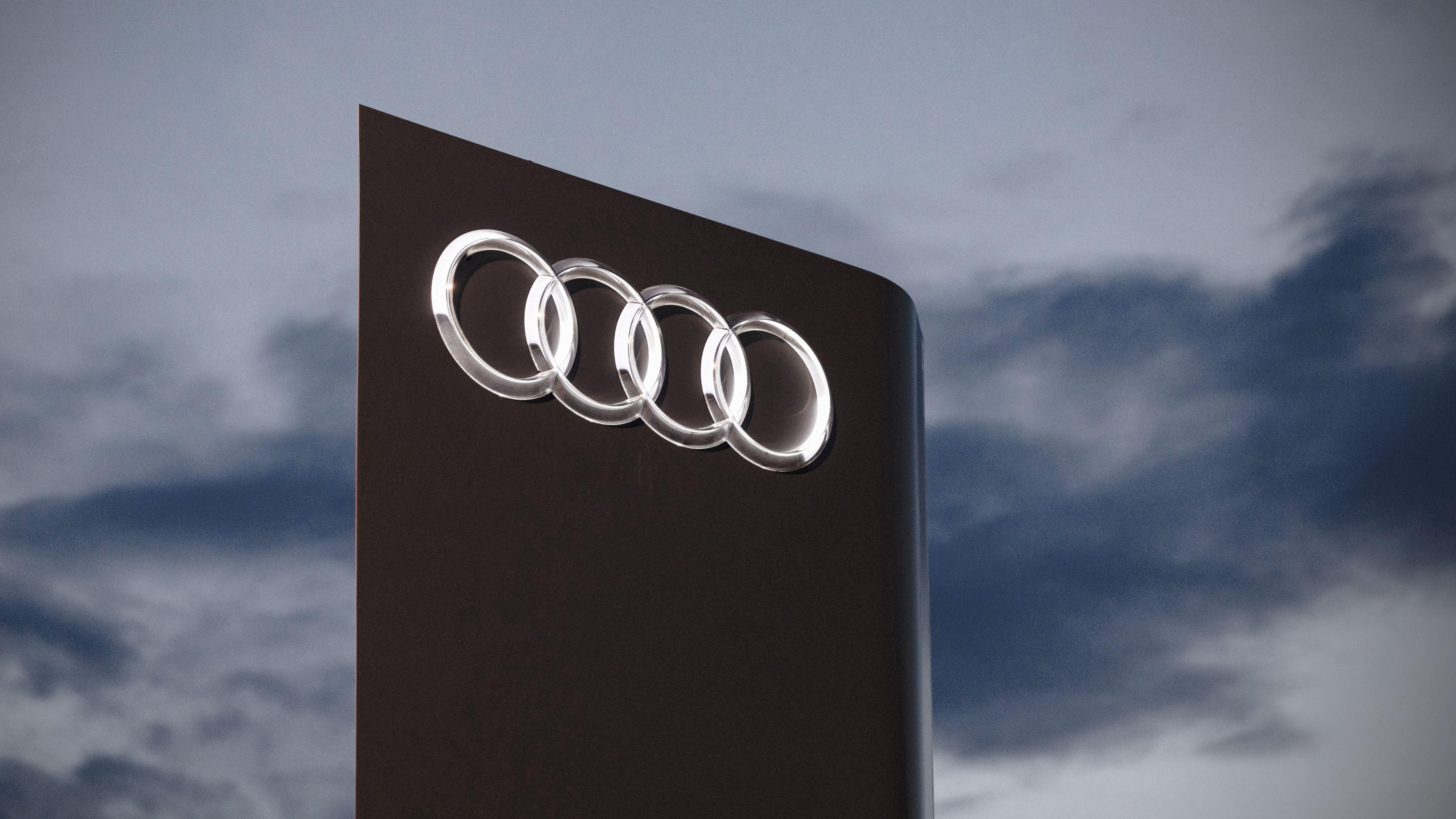 Audi-Logo mit dunklen Wolken