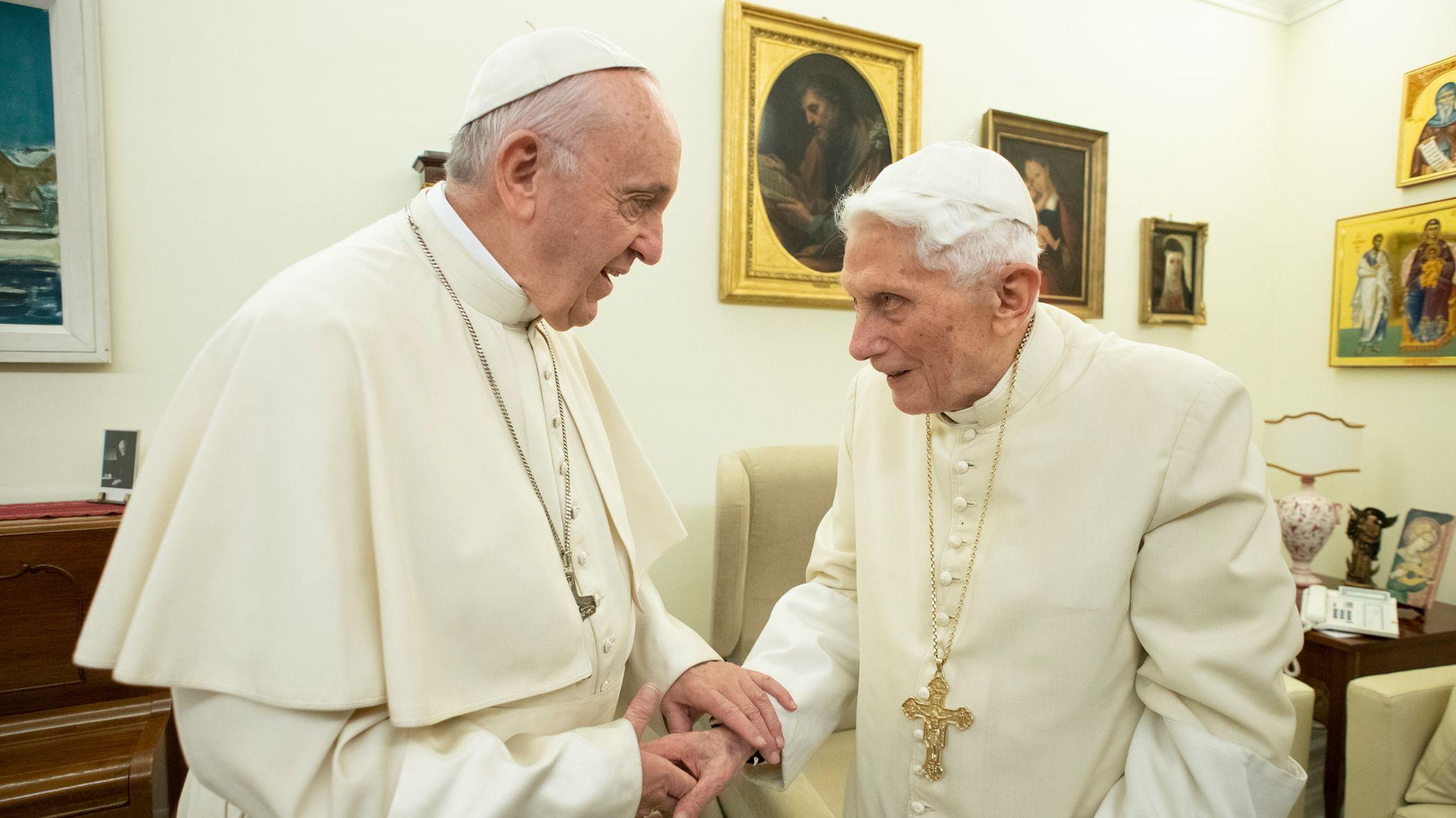 Papst Franziskus (l) und der emeritierte Papst Benedikt XVI