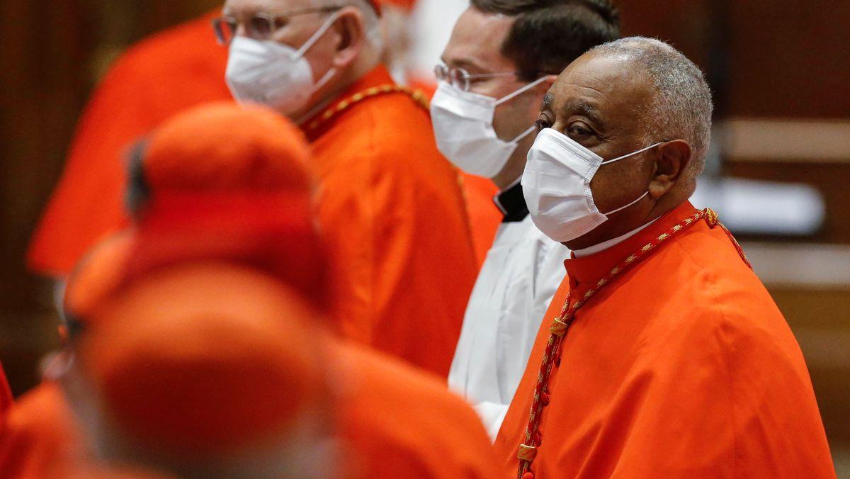 Der Afro-Amerikaner Kardinal Wilton D. Gregory mit einer Coronamaske am 28.11.2020 im Petersdom zu Rom.