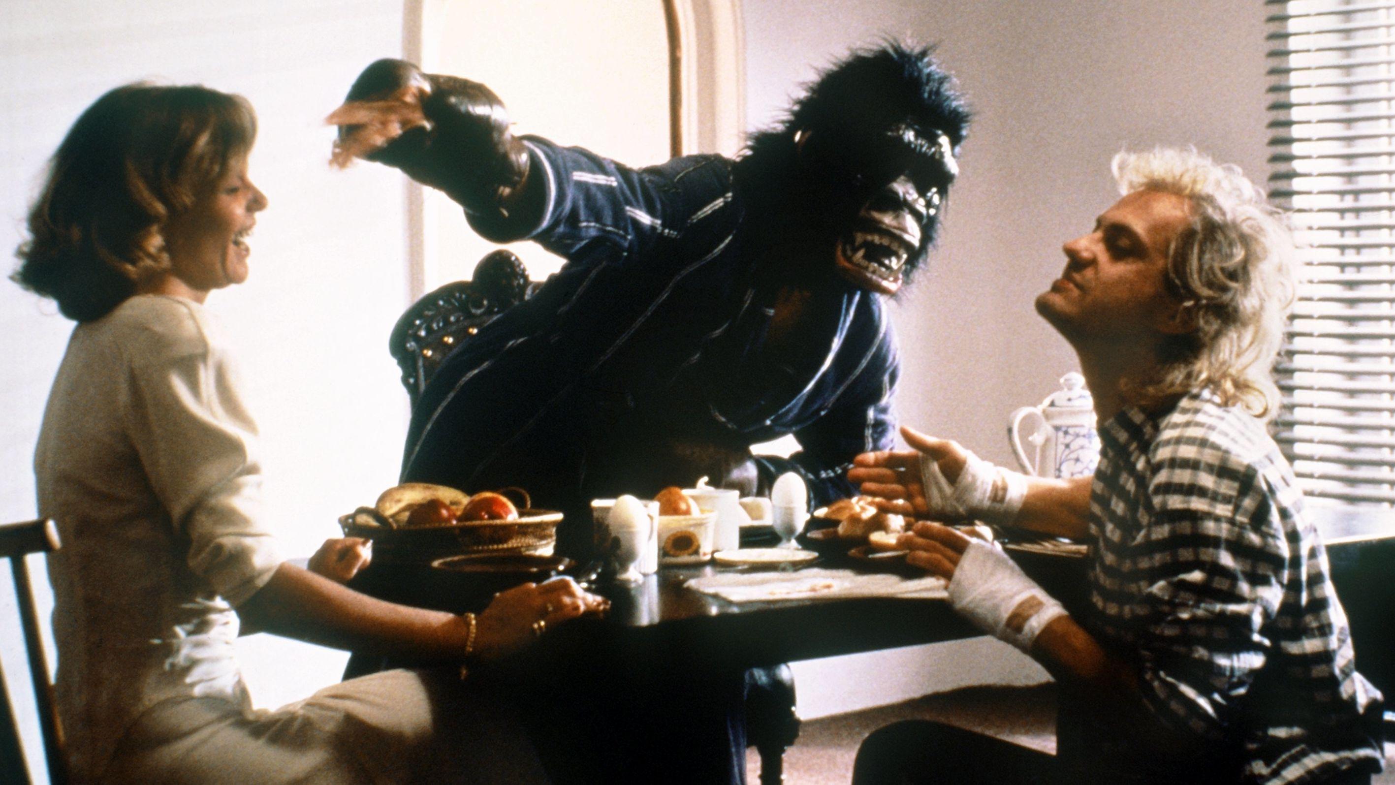Paula (Ulrike Kriener, l) und ihr Liebhaber Stefan (Uwe Ochsenknecht, r) haben gut lachen, noch wissen sie nicht, daß sich unter der Affenmaske der betrogene Ehemann Julius, gespielt von Heiner Lauterbach, verbirgt.