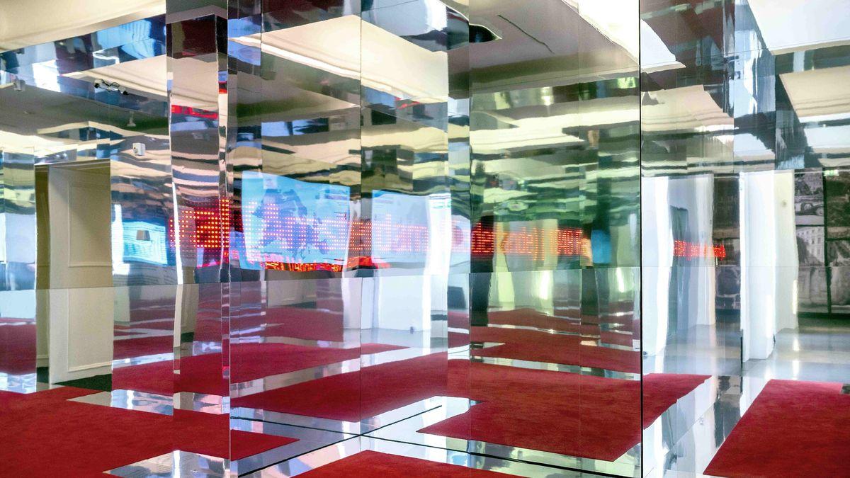 """Rauminstallation """"Jedermann erwartet sich ein Fest"""": Spiegelwände, roter Boden"""