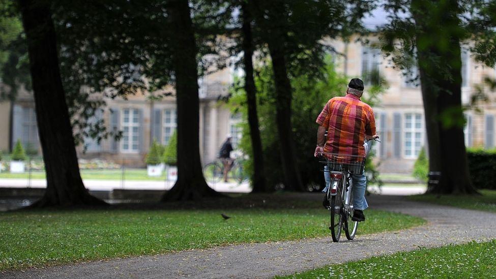 So idyllisch wie bei dieser Fahrt durch den Bayreuther Hofgarten sei Radfahren in Bayreuth nicht immer, kritisiert der ADFC.
