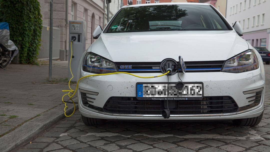 Aufladen eines Elektrofahrzeuges.