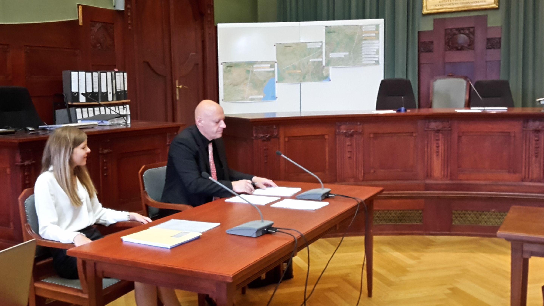 Ein Psychiater sitzt im Landgericht Bayreuth an einem Tisch, auf dem das Gutachten über die Schuldfähigkeit des angeklagten Lkw-Fahrers liegt.