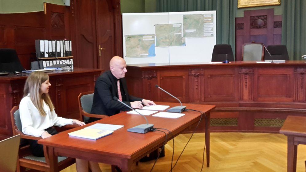 Ein Psychiater sitzt im Landgericht Bayreuth an einem Tisch, auf dem das Gutachten über die Schuldfähigkeit des angeklagten Lkw-Fahrers liegt.  | Bild:BR/Simon Trapp