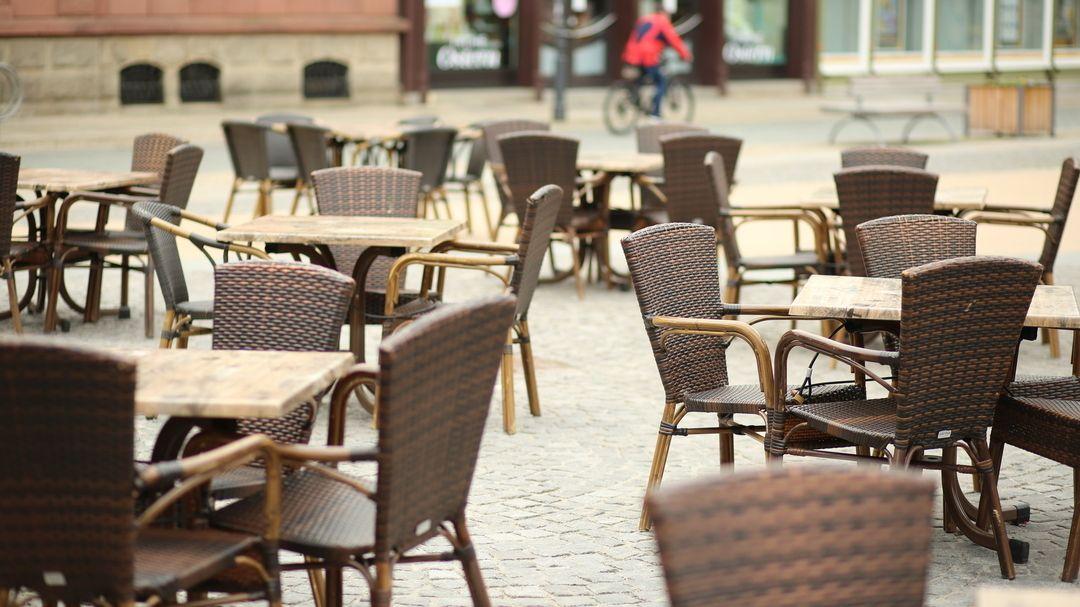 Leere Stühle vor einem Restaurant