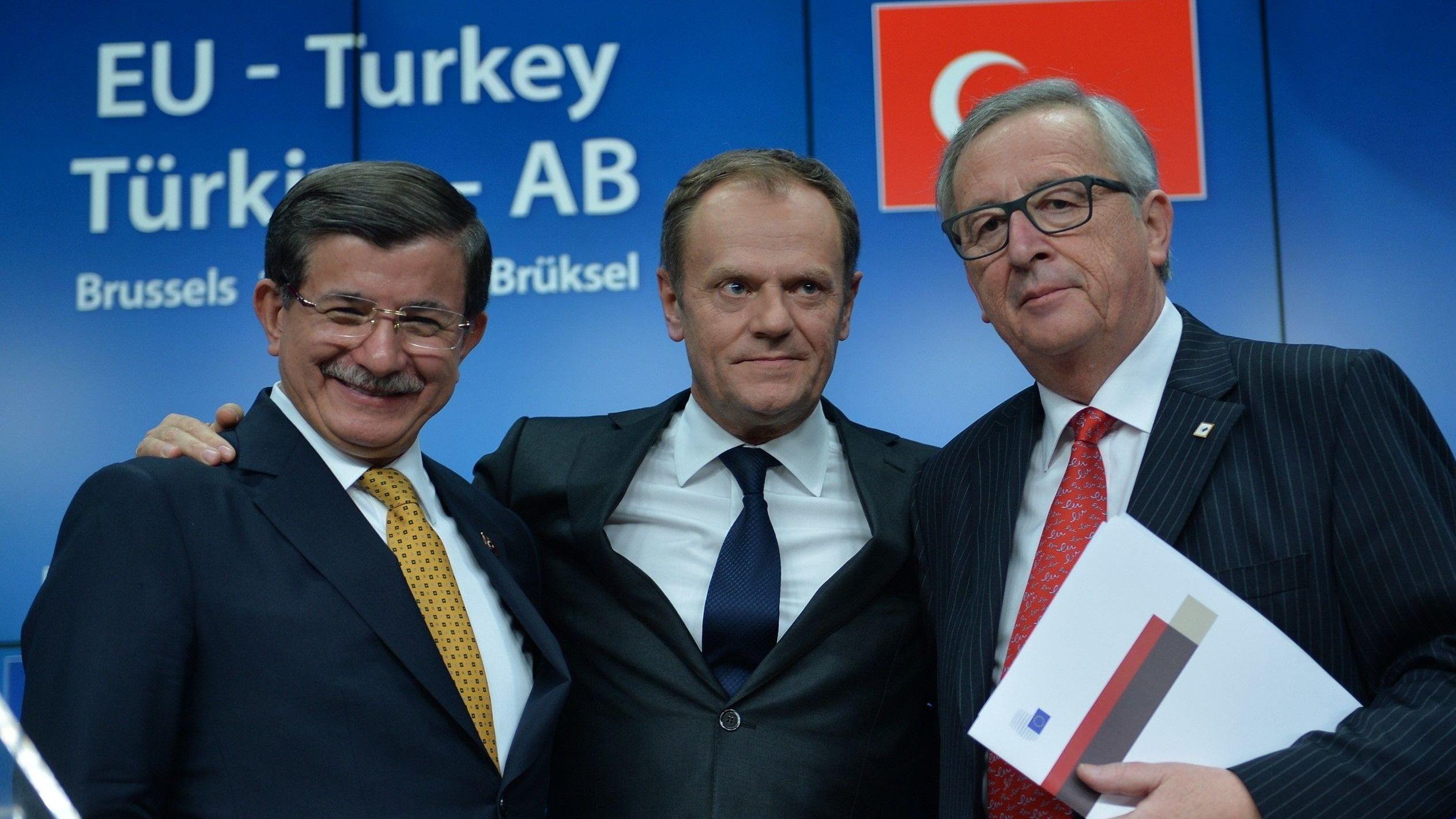 Donald Tusk (Mitte), Ahmet Davutoglu (l.) und Jean-Claude Juncker im März 2016 nach Abschluss des Abkommens