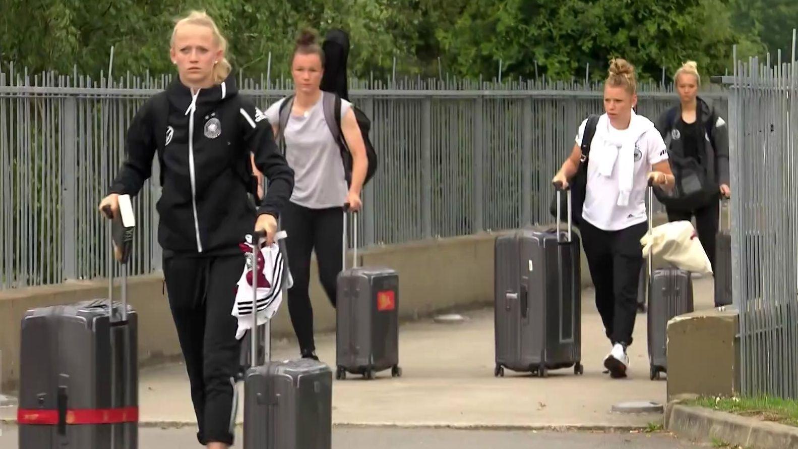 Die deutsche Frauen-Mannschaft reist aus Frankreich ab