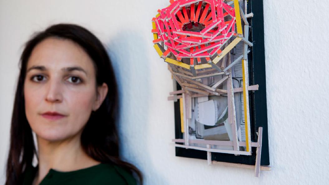 Carolina Camilla Kreusch neben einem ihrer Objekte