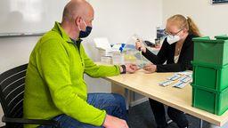 Eine Frau sticht Michael Herrmann in den Finger, um ihm Blut für einen Corona-Antikörper-Test abzunehmen. | Bild:BR-Studio Franken/Henry Lai