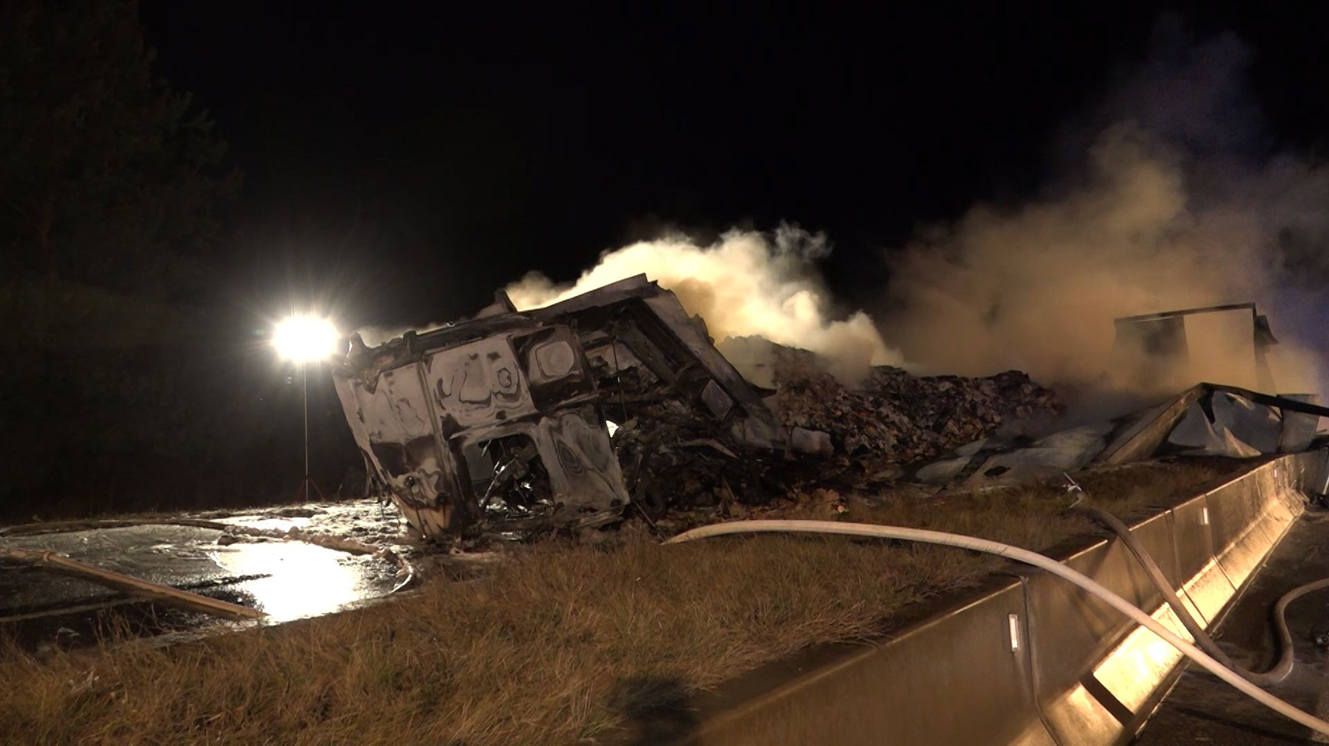 Ein Lastwagen ist auf der B300 bei Aichach komplett ausgebrannt.
