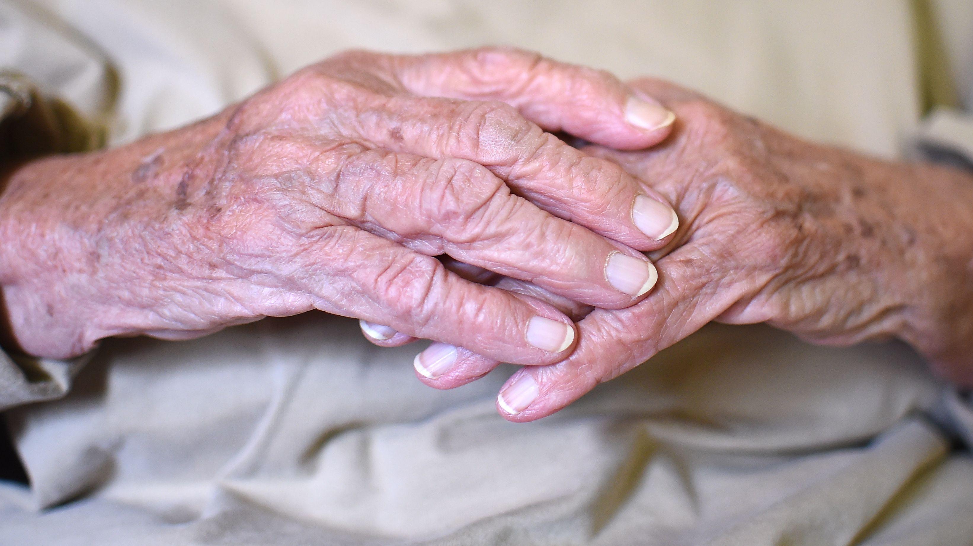 Hände einer Seniorin.