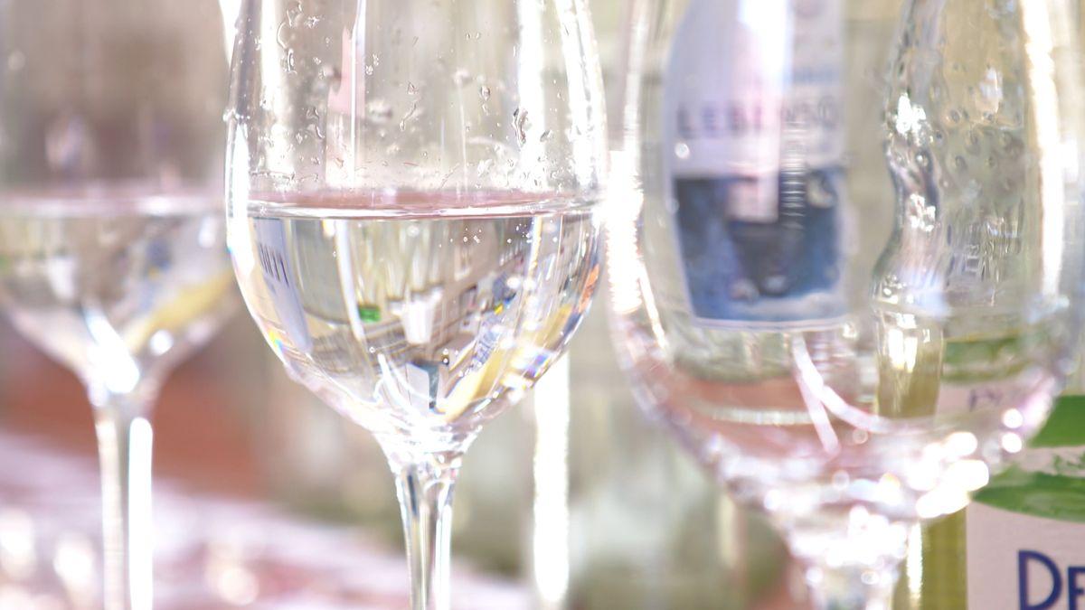 Drei Gläser mit Mineralwasser