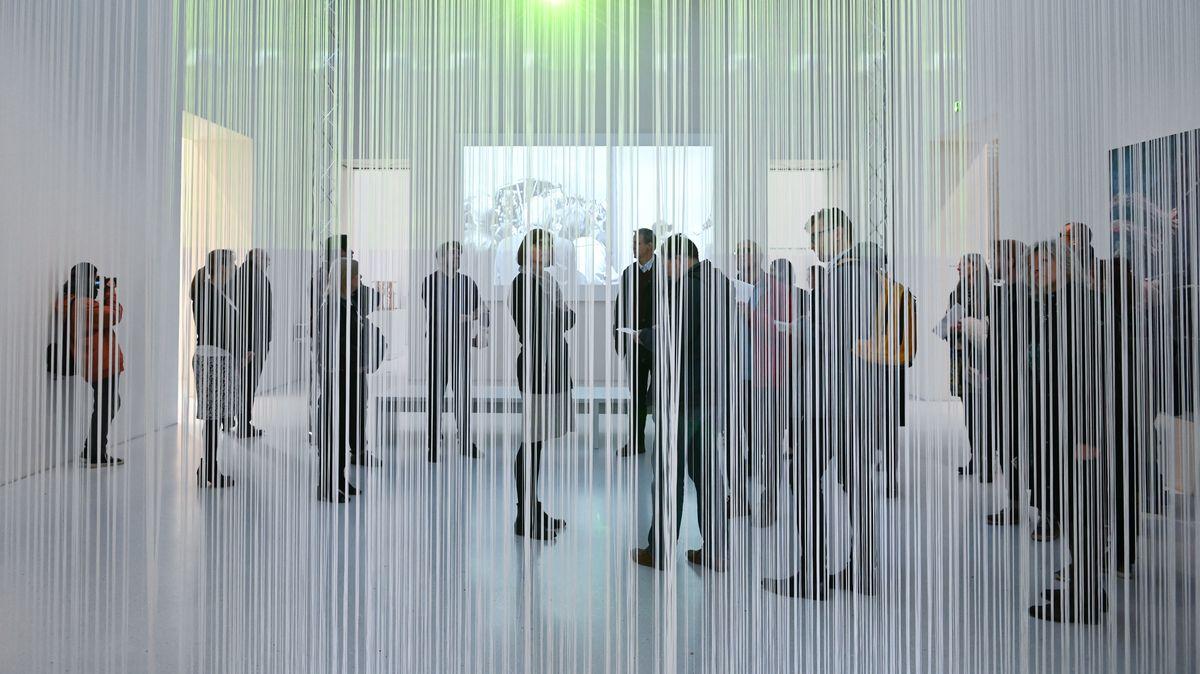 Besucher hinter einem Vorhang