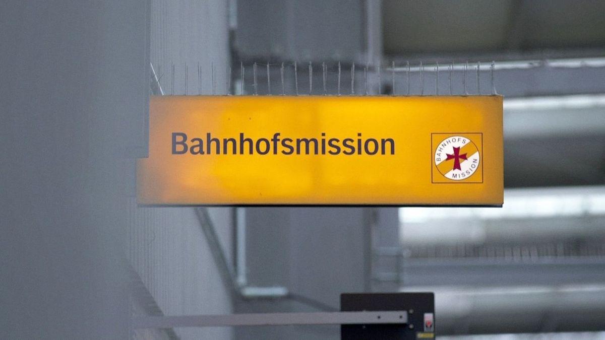 Das Schild einer Bahnhofsmission (Symbolbild)
