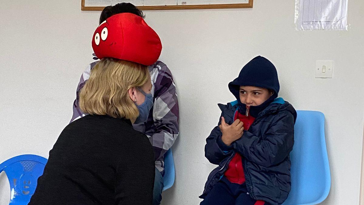 Der sechsjährige Mohamad bei der Therapie mit Kinderpsychologin Katrin Glatz-Brubakk