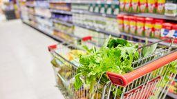 Ein gefüllter Einkaufswagen in einem Supermarkt. | Bild:Robert Kneschke / Picture Alliance