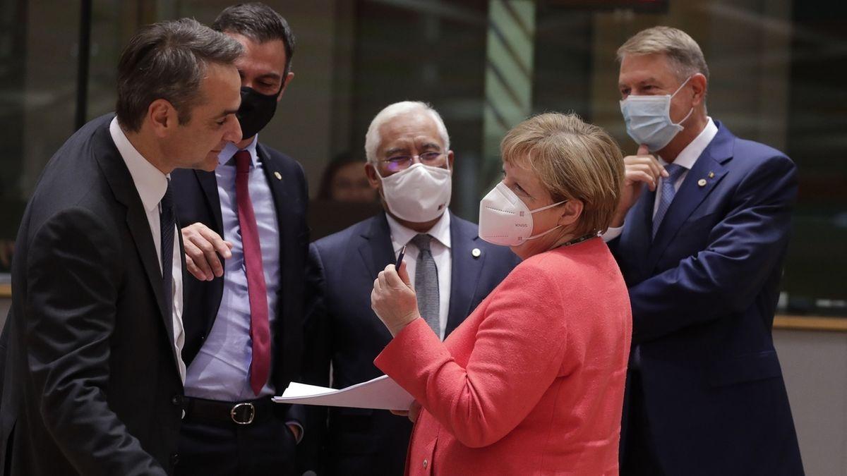 Bundeskanzlerin Angela Merkel (2.v.r.) unterhält sich mit EU-Regierungschefs beim Corona-Sondergipfel in Brüssel.