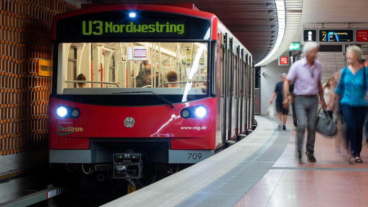 Eine U-Bahn steht am Bahnsteig.