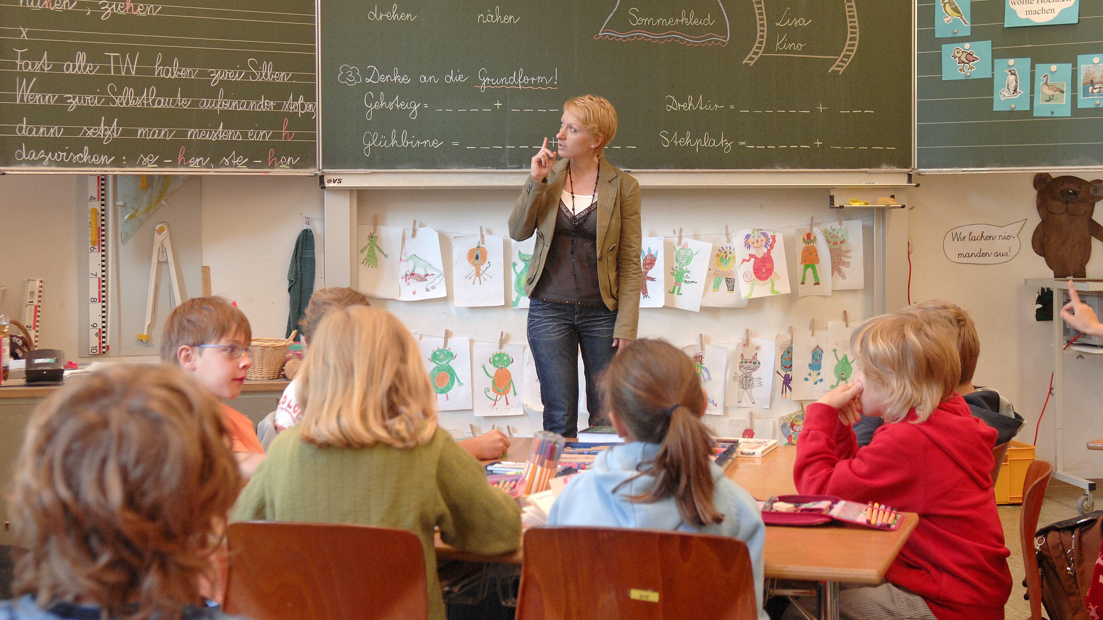 Grundschullehrerin beim Unterricht
