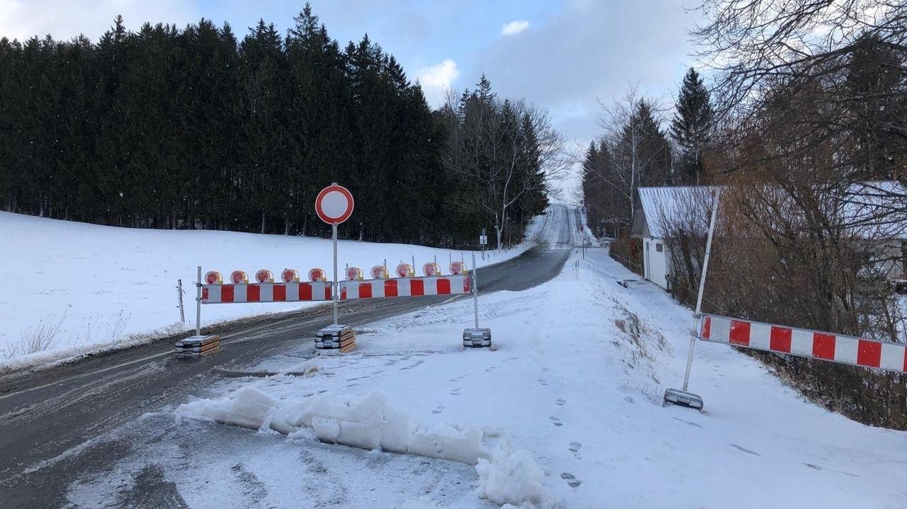 Wegen des Sturms gesperrte Straße zwischen Niedersonthofen und Memhölz