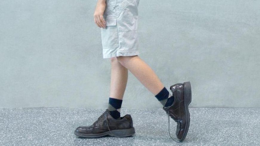 Kind in zu großen Schuhen