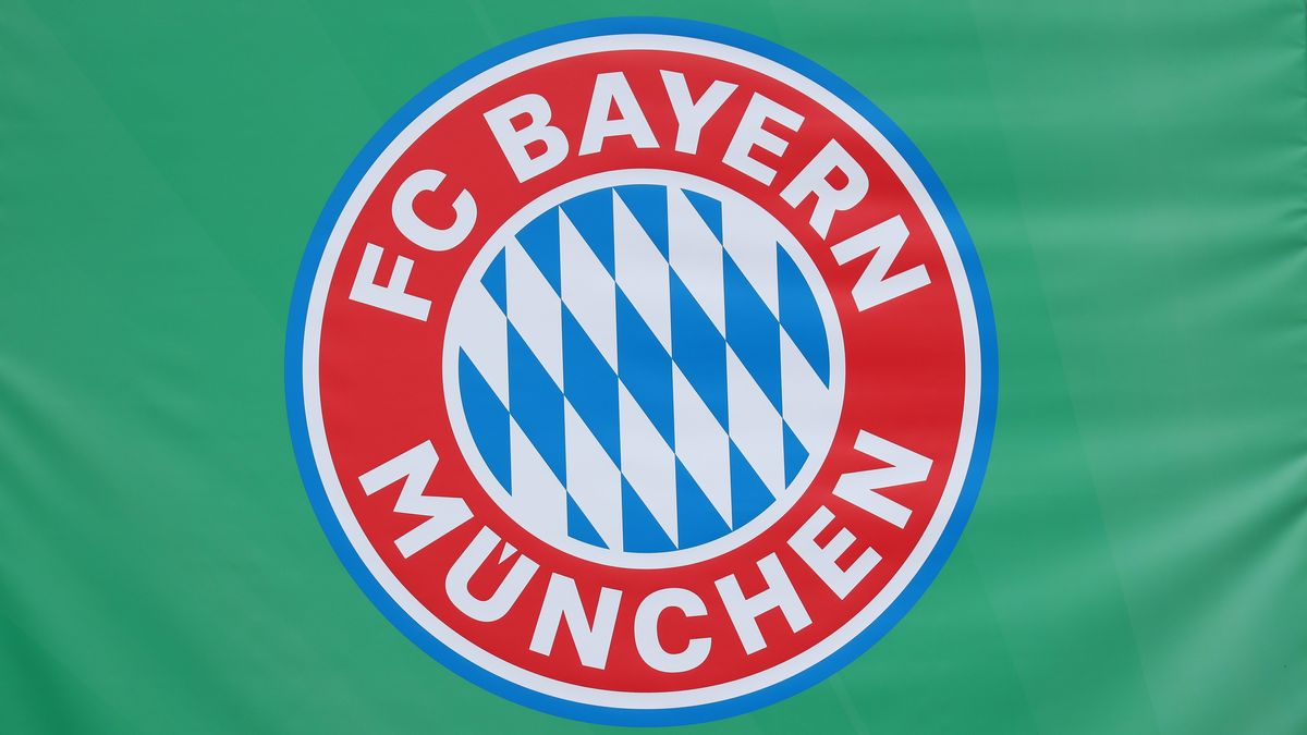 Logo des FC Bayern München auf grünem Hintergrund
