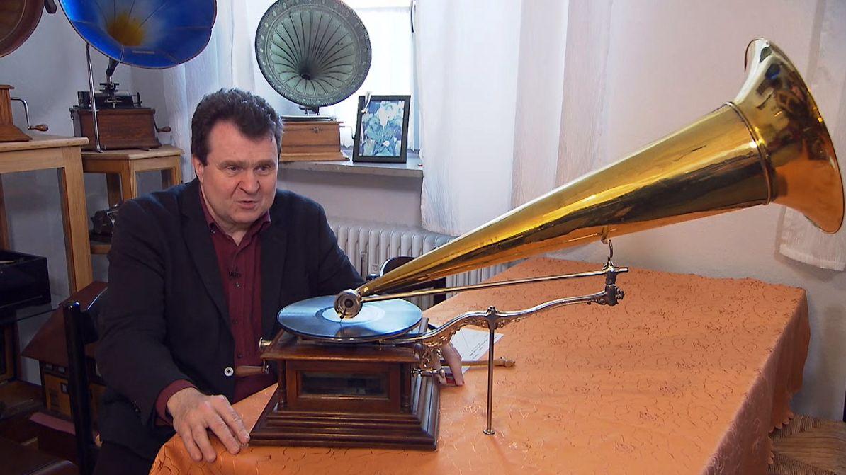 Andreas Weihe sitzt neben einem Grammophon