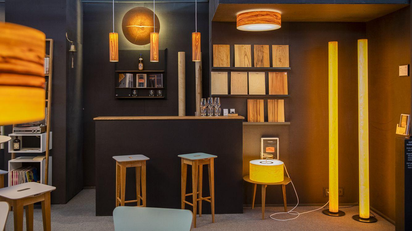 Leuchten aus Holz, Tische und Barhocker gibt es im HanseZIMMER auf der Heim + Handwerk.