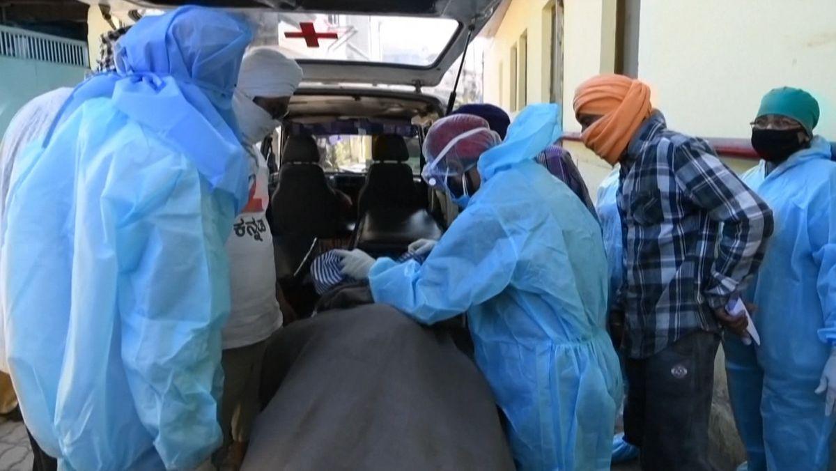 Abtransport eines Corona-Patienten in Indien