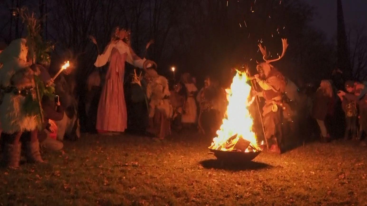NachaltemBrauchhaben die Perchten bei Augsburg ums Neujahrsfeuer getanzt. So wird das alte Jahr verabschiedet und das neue begrüßt.