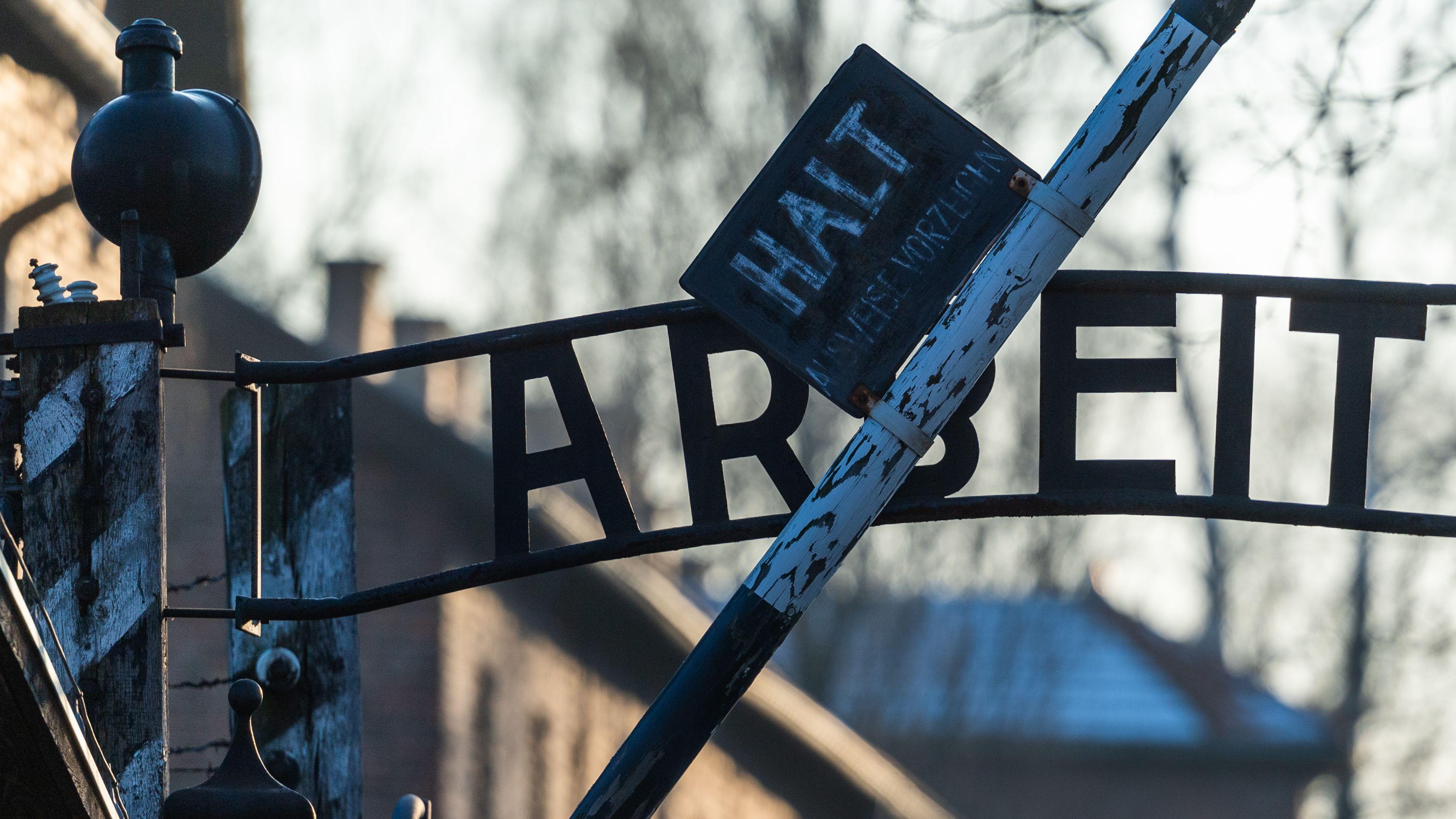 «Arbeit macht frei» Schriftzug in Auschwitz