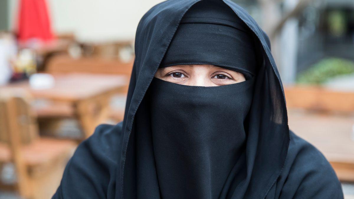 Eine Touristin aus dem saudi-arabischen Riad in einem Restaurant.