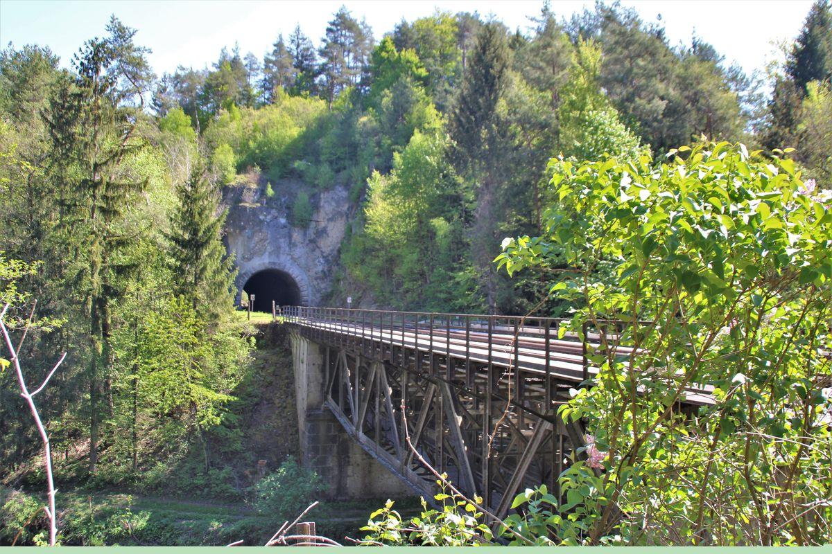 Die Bahnlinie im Pegnitztal geht von einem Tunnel direkt auf eine Brücke über.